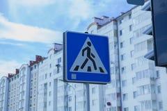 Passaggio pedonale che del segnale stradale un fondo della città alloggia Fotografia Stock