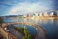 Passaggio pedonale circolare e paesaggio urbano immagini stock