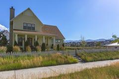 Passaggio pedonale con erba da qualsiasi lato fra le case Fotografia Stock Libera da Diritti
