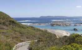 Passaggio pedonale con il corrimano che conduce giù alla spiaggia di Albany Immagine Stock