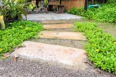 Passaggio pedonale curvo pietra in giardino Fotografia Stock Libera da Diritti