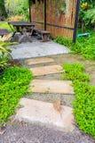 Passaggio pedonale curvo pietra in giardino Fotografia Stock