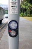 Passaggio pedonale del bottone e della freccia fotografie stock libere da diritti