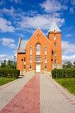 Passaggio pedonale del mattone e della chiesa Fotografia Stock