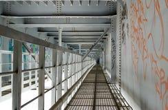 Passaggio pedonale del metallo sotto un ponte Fotografie Stock