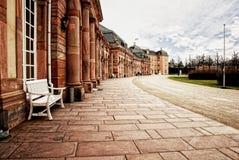 Passaggio pedonale del palazzo dell'arenaria rossa con la fila delle colonne liscie immagini stock