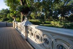 Passaggio pedonale del ponte dell'arco sotto la tonalità e della luce solare nella mattina al Central Park Fotografia Stock