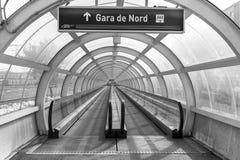 Passaggio pedonale del tunnel di trasferimento alla stazione ferroviaria in bianco e nero Immagini Stock