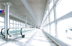 Passaggio pedonale dell'aeroporto Immagine Stock