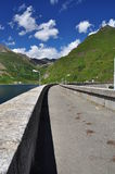 Passaggio pedonale della diga Lago alpino (lago) Morasco, valle di Formazza, Italia Fotografia Stock
