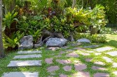Passaggio pedonale della natura nel giardino Chachoengsao Tailandia del paese Immagine Stock