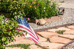 Passaggio pedonale della pietra per lastricare con la bandiera americana ed i fiori Immagini Stock Libere da Diritti