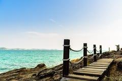 Passaggio pedonale di legno alla costa immagini stock
