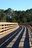 Passaggio pedonale di legno attraverso la palude di un'isola della barriera Fotografia Stock