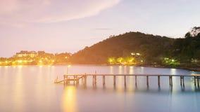 Passaggio pedonale di legno che conduce alla visualizzazione di notte del porto marittimo Fotografie Stock Libere da Diritti