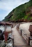 Passaggio pedonale di legno dal mare, isola di Weizhou, Cina immagini stock