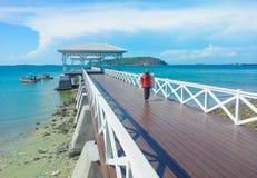 passaggio pedonale di legno del molo con il pavillion al mare Immagini Stock