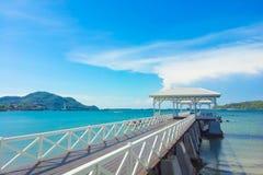 passaggio pedonale di legno del molo con il pavillion al mare Fotografie Stock