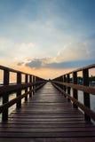 Passaggio pedonale di legno della spiaggia nella sera Fotografia Stock Libera da Diritti