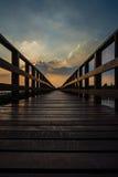 Passaggio pedonale di legno della spiaggia nella sera Fotografie Stock