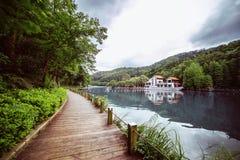 Passaggio pedonale di legno pedonale lungo il lago Fotografie Stock Libere da Diritti
