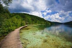Passaggio pedonale di legno sopra acqua nebbiosa Fotografie Stock