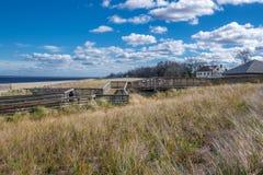 Passaggio pedonale di legno sopra le dune fotografia stock libera da diritti