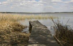 Passaggio pedonale di legno sul lago Fotografia Stock