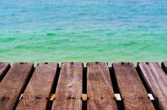 Passaggio pedonale di legno sul mare della spiaggia Immagine Stock Libera da Diritti