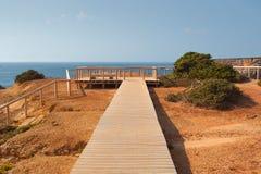 Passaggio pedonale di legno sulle scogliere, costa di Algarve, Portogallo Fotografia Stock