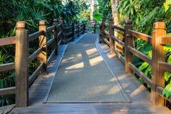 Passaggio pedonale di legno in un giardino fertile Immagini Stock Libere da Diritti