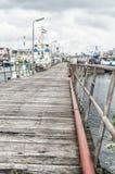 Passaggio pedonale di legno vicino ad un porto immagini stock