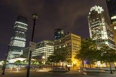 Passaggio pedonale di lungomare e vista del posto di scambio a Jersey City, New Jersey alla notte Fotografie Stock Libere da Diritti