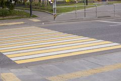 Passaggio pedonale di modo della passeggiata di traffico della zebra sulla strada fotografia stock