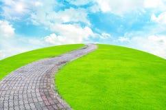 Passaggio pedonale di pietra ed il giardino Immagini Stock Libere da Diritti