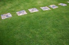 Passaggio pedonale di pietra nel giardino Fotografia Stock Libera da Diritti