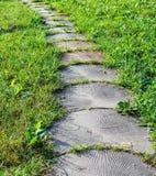 Passaggio pedonale di pietra nel giardino Immagine Stock