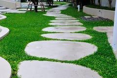 Passaggio pedonale di pietra sull'erba Fotografie Stock
