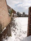 Passaggio pedonale dietro le case con il giorno di inverno nevoso della proprietà britannica fotografie stock libere da diritti