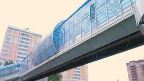 Passaggio pedonale elevato Passaggio sicuro attraverso la strada stock footage