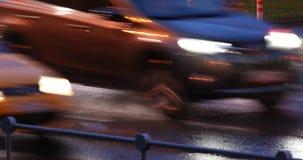 Passaggio pedonale in fari dell'automobile nella pioggia stock footage