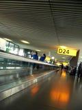Passaggio pedonale interno dell'aeroporto da gate Immagine Stock