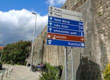 Passaggio pedonale lungo i vecchi mura di cinta di Cattaro fotografia stock libera da diritti