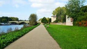 Passaggio pedonale lungo il Tamigi scenico in Richmond Surrey immagini stock libere da diritti