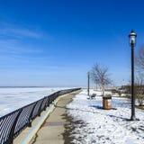 Passaggio pedonale lungo Sandy Hook Bay congelato, New Jersey Immagini Stock Libere da Diritti