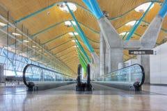 Passaggio pedonale nel corridoio di partenza - aeroporto Madrid Fotografia Stock Libera da Diritti
