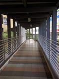 Passaggio pedonale pubblico lungo il distretto commerciale Immagini Stock