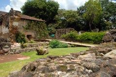 Passaggio pedonale Santo Domingo Antigua Guatemala del giardino immagine stock