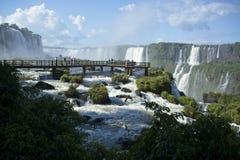 Passaggio pedonale sopra il brasiliano le cascate di Iguazu fotografia stock libera da diritti