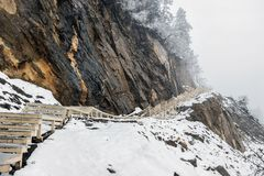 Passaggio pedonale sulla scogliera in neve Fotografie Stock